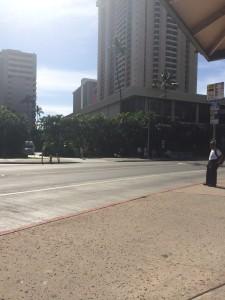 Vista do rua atrás do hotel e ponto de ônibus