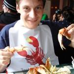 Julian se deliciando com um King Crab no Fisherman's Wharf