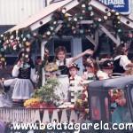 Eu e meu irmão em desfile no carro alegórico em 1988