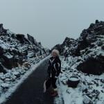 Caminho da entrada cercado pelas pedras vulcânicas