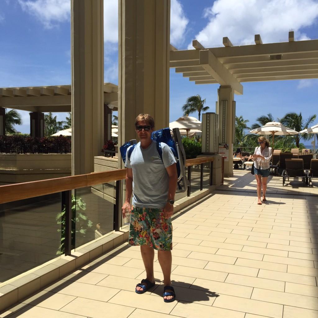 Julian carregando a cadeirinha de praia ( o Hotel fornece tudo para podermos passar o dia em praias mais remotas)