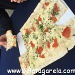 Flammkuchen - uma massa fininha de pizza com cream cheese e temperos