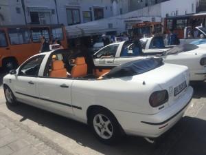 Carros conversíveis adaptados fazem serviço de táxi