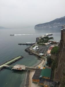 Vista da Marina Piccola caminhando pela Villa Comunale